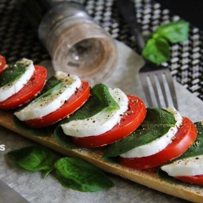 意大利国旗。经典意式前菜和调料
