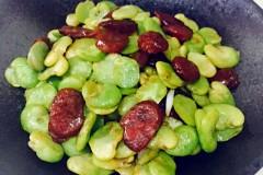 腊肠炒蚕豆