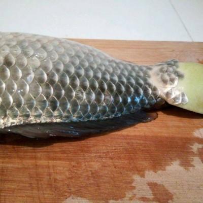 巧用蘿卜頭去魚鱗