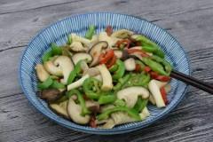 青红辣椒炒香菇