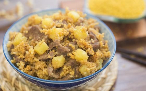 土豆小米燜飯