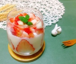 燕麦草莓酸奶杯