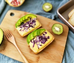 牛油果紫甘蓝切达干酪三明治