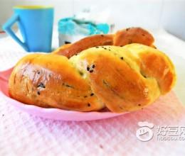 奶香黑芝麻卷纹面包