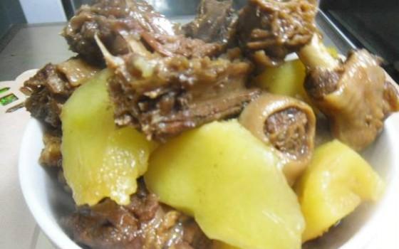 鹅块烧土豆