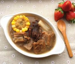 腊排骨煲玉米松茸汤