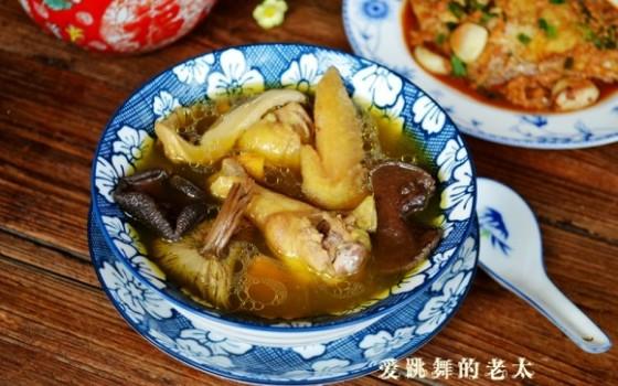 姬松茸牛肝菌炖鸡汤