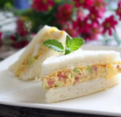 金枪鱼沙拉三明治