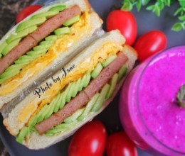 牛油果午餐肉三明治