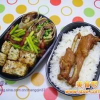 爱心盒饭156:牛肉卷饼+酱鸭翅+煎香芋糕+蒜薹炒香肠