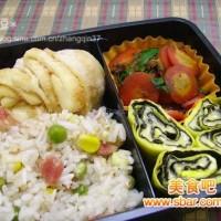 爱心盒饭154:香肠豌豆玉米饭+奶酪鸡蛋卷+牛肉炒胡萝卜