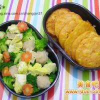 爱心盒饭150:红萝卜玉米饼+煮鱼丸蛋片西兰花胡萝卜花菜