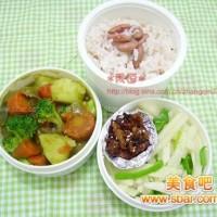爱心盒饭138:咖喱蔬菜+烤鸡皮+青椒炒地瓜