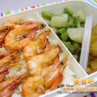 爱心盒饭135:油爆虾+葱烧萝卜+土豆四季豆煮