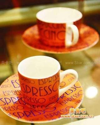 爱情就像没有勺子的咖啡杯一样