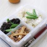 二米饭+竹笋炒肉+木耳甜豆--上班族自带盒饭
