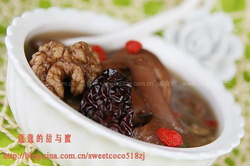 核桃双枣猪尾汤的做法