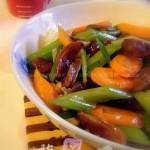 芹菜红萝卜炒腊肠(荤素搭配)