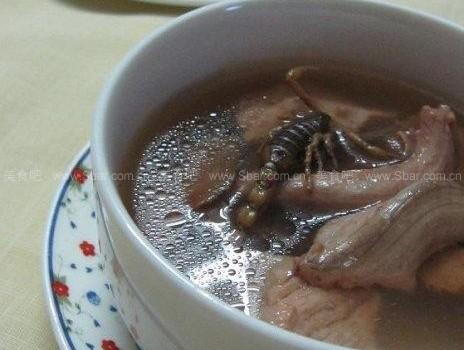 金边水蛇煲蝎子(样子可怕味道甘甜无比的汤品)