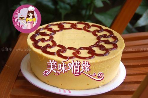 在蛋糕表面稍作装饰,例如画些花纹,撒上点巧克力屑,再放些水果,看