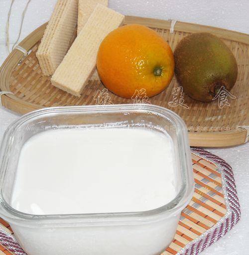 奇异果奶昔和饼干水果酸奶杯