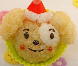 戴着圣诞帽的快乐小狗饭团