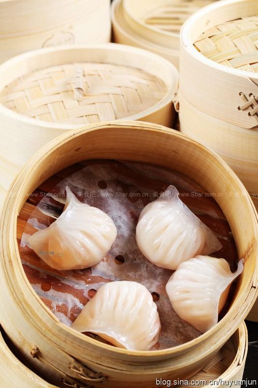 制作虾饺的部分食材 后来,虾饺皮由米粉改为澄面(小麦淀粉),用大滚水熨熟而成,馅的原料也有了改进,即用合理比例,以鲜虾肉、肥肉头(用大热水熨过,去油增加口感),脱水鲜竹笋尖,猪油加味料组成,以旺火蒸之,从而达到晶莹通透,馅心红白双映生辉的程度。  在制作上虾饺较为繁琐,将澄面、生粉制成虾饺皮;鲜虾洗净去壳吸干水分压烂搅拌成肉胶,肥肉切成细粒,用开水烫至刚熟,再用清水浸过,使肥肉既爽而又不致出油;加入鸡蛋白、细笋丝、味粉、麻油、胡椒粉等配料,馅料经微冻后,制成虾饺蒸熟。虾饺皮薄而半透明,皮内鲜饺馅料隐约可见