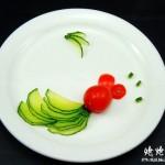 给食材也变个有趣的造型-鱼儿戏水(水果拼盘-盘饰围边)