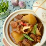 羊肉煲是驱寒暖胃的绝佳选择