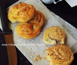 椰香坚果碎面包卷
