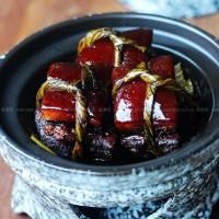 浓油赤酱的粽叶扎肉