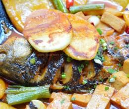 铁锅炖鱼贴饼