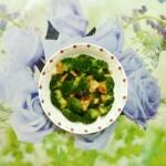 开在餐桌上的绿花