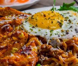 鸡胸脯肉玉米汉堡 + 韩式辣鸡面
