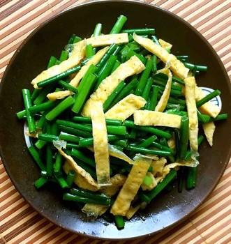 蛋皮炒韭苔