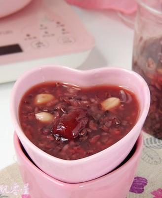 红枣花生黑米粥