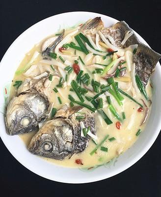 杏鲍菇煮鲫鱼汤