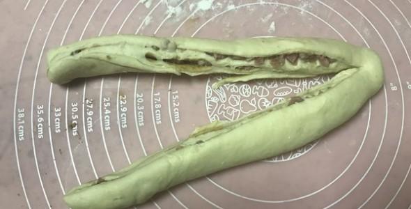 肉桂香肠花环面包的做法【图解】_肉桂香肠花环面包的家常做法_肉桂香肠花环面包怎么做_
