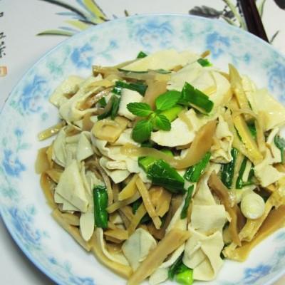 食物的合理搭配是做出美味的基本前提------笋干炒大蒜千张
