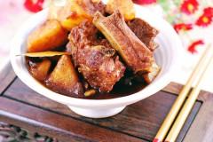冬季饭桌上最给力的当属红烧排骨土豆