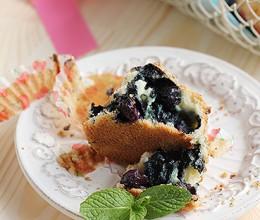 充满鲜蓝莓的小蛋糕味道很赞~
