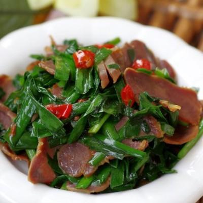 春天里最鲜美的搭配——腊味十足的腊猪舌炒韭菜