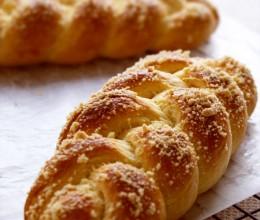 味道香醇的【鲜奶油辫子面包】(附酥粒做法)