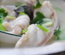 【皮蛋豆腐鱼片汤】煮出一锅奶白色鲜鱼汤的关健手法!