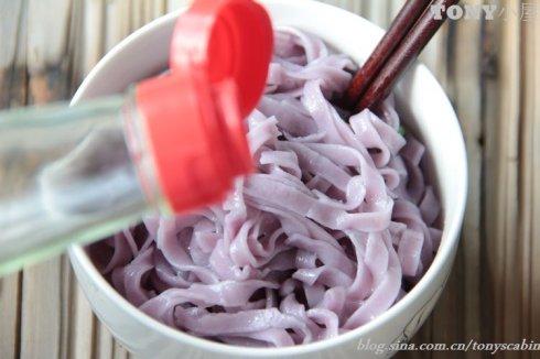 低碳生活里少不了这碗紫薯葱油面