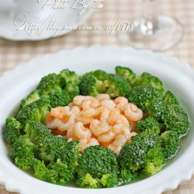 用清蒸的方法保留食物的营养与原味西兰花蒸虾仁