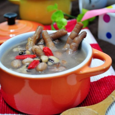降温天,家庭餐桌上必备的一碗滋补好汤【花生眉豆鸡爪汤】(煲汤要注意的六大要点)