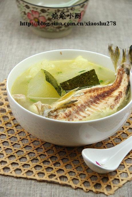 15分钟滚一锅奶白鲜美甘甜的小鱼汤(煮出奶白鱼汤的关键)