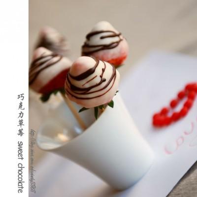 情人节的浪漫童趣甜品——巧克力草莓棒棒糖