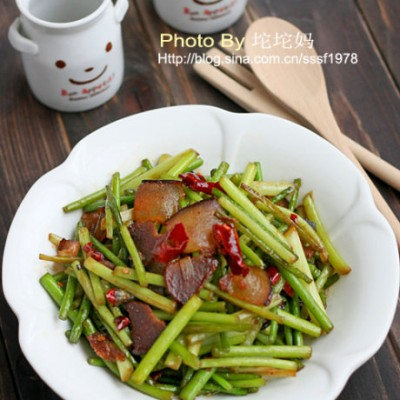 """蒜苔好吃的秘诀在于""""干炒""""蒜苔炒腊肉"""